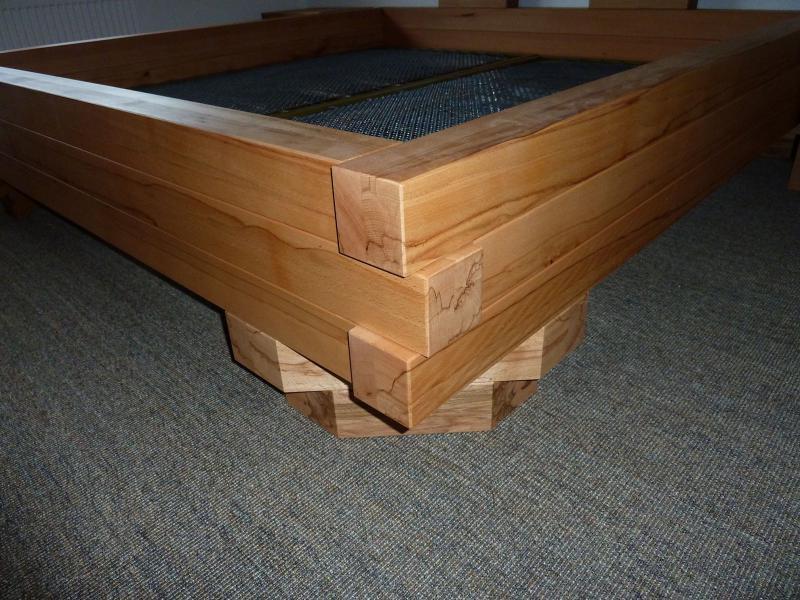Bett aus massiver Kernbuche