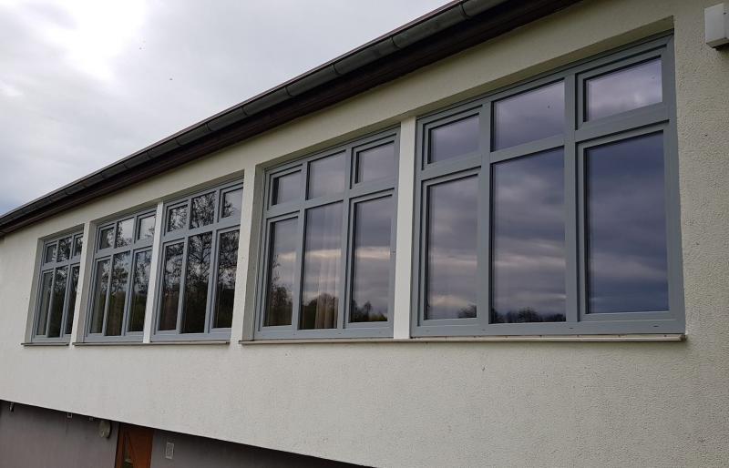 Sanierung nach neuester Wärmeschutzverordnung, aussen Lichtgrau innen weiß lackiert