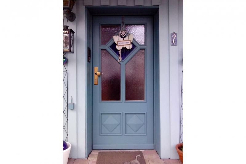 Haustür, Kiefer massiv, aussen deckend lackiert, innen naturbelassen, mit zweifarbigem Glas