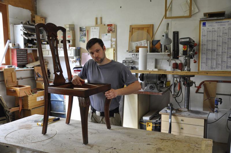 Gregor Krug bei der Reparatur eines Stuhles
