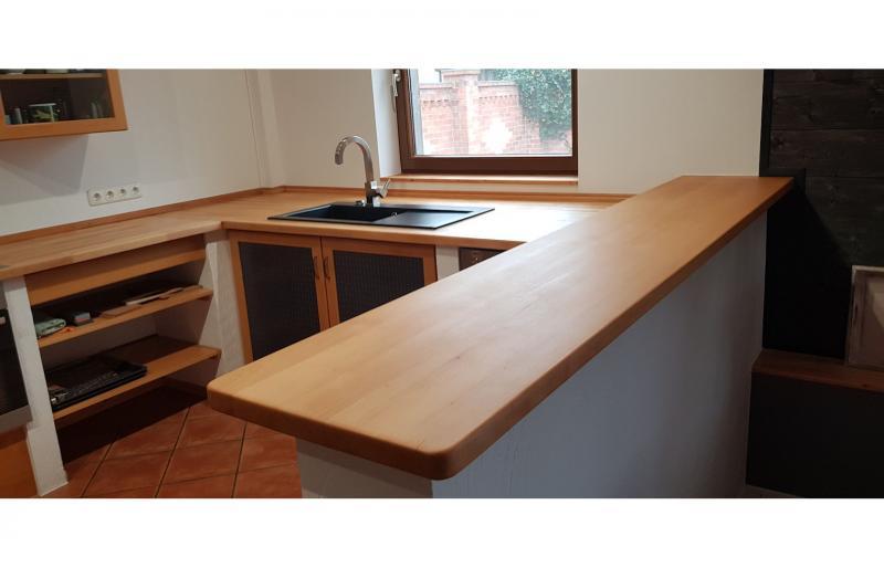 Neue Küchenarbeitsplatte in Buche massiv, geölt, inklusive 2 Türen mit Intarsienarbeiten und mehreren Regalen
