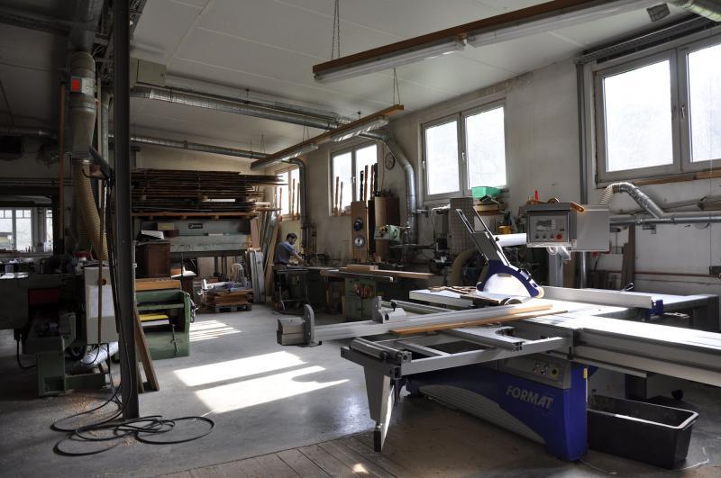 Maschinenraum mit Blick auf Funierpresse